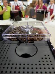 1台で2種類もコーヒー豆を扱うことができる、「全自動」がトレンドに