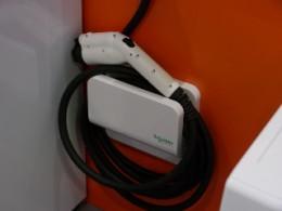 電気自動車用の給電コネクター