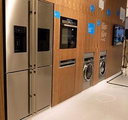 写真は、左から、冷蔵庫・オーブン・食洗機・洗濯機・乾燥機・テレビと並んでいますが、破綻がありません。まさにビルトイン家電の強みですね