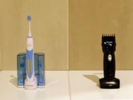 左が電動歯ブラシ。右がヘア・カッター(日本では電動バリカンとも呼びます)