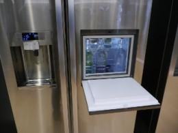 ドリンクだけを取り出せるポケット付きの冷蔵庫