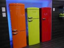 目に飛び込んでくるビビッドなカラーの冷蔵庫。これがマッチする部屋って・・・