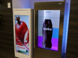冷蔵庫のドアに映像が映し出せるのは、ディスプレイ技術の進化のおかげ。左は通常のドアの上に液晶モニターがついた形、右は透けて中身の棚板が見える