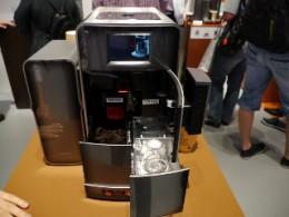 徹底されたフロントアクセス。正面側にウォータータンクとコーヒーの残りカスの容器が収納される