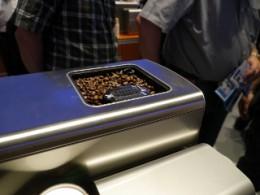 ミルも全自動なので、上部の容器にコーヒー豆をそのままいれておけばよい