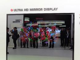 鏡にプレスのメンバーが映っているが、中央奥の赤いバラは鏡の奥のディスプレイから映し出されている。