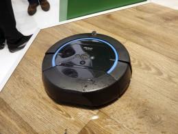 iRobot社の新型機、モップ掛けロボット掃除機Scooba「スクーバ」。濡れても問題ないようにゴムが多用されている。