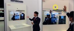 左:IHヒーターの前に鏡があって・・・。右:手をあげると黄色い部分のセンサーがキャッチ。操作が行える。